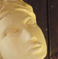 Sylvie H – sculpteur céramiste /Sa relation à la matière commence par la poterie mais très vite une envie d'un autre touché, d'une autre sensation l'a guide naturellement surtout vers des visages de femmes. « Je modèle des femmes parce-que je suis une femme et qu'il me paraît plus naturel d'exprimer ce que l'on connaît le mieux afin de faire parler nos émotions et de les partager. »